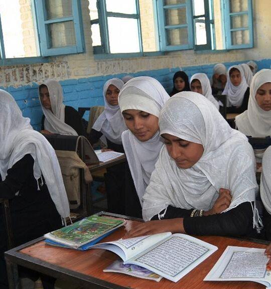 Sin niñas y profesoras, las escuelas secundarias en Afganistán